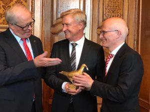 Preisverleihung Goldene Taube an Bürgermeister Tschentscher und Bürgermeister a.D. Ole von Beust